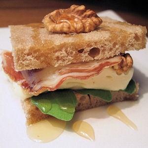 sandwich au reblochon, miel et noix