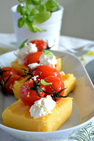 Na stronie pyszna polenta z pomidorkami wg Gordona Ramsaya #polenta #śniadanie #gordon #gordonramsay #grilledpolenta www.kawazmlekiem.com