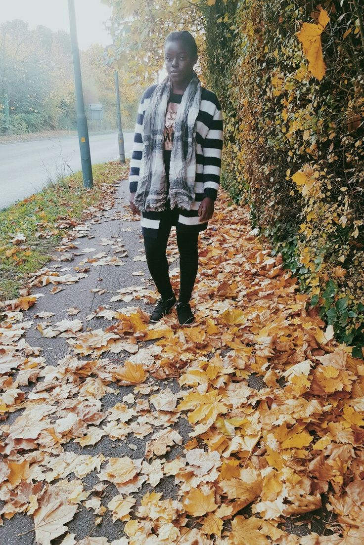 I love the autumn leaves though I dont like the cold. #winterbaby #blackskinnyjeans #skinnyjeans #longcardigan #jumper #trainers #scarf #coldseason #w…