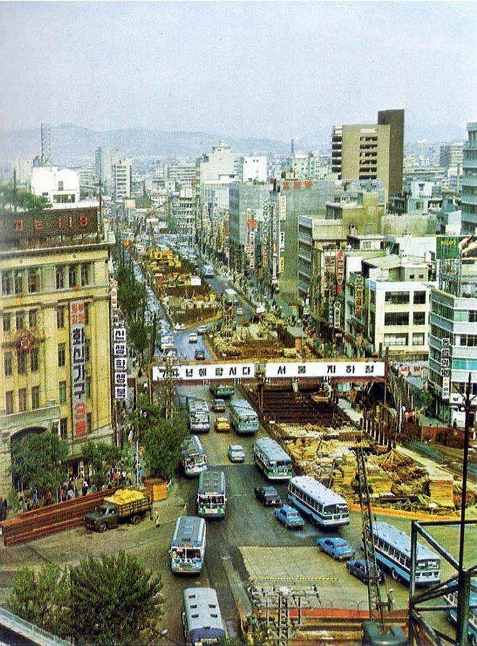 1970년대 종로.  지하철 1호선이 건설중이다.