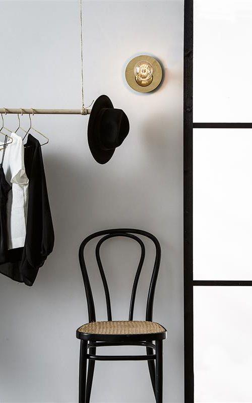 Häftig armatur från Markslöjd som du kan montera både på tak och på vägg. Det sitter en lampkabel som är 2 meter lång med stickkontakt och strömbrytare. Toppa lampan med en snygg ljuskälla.