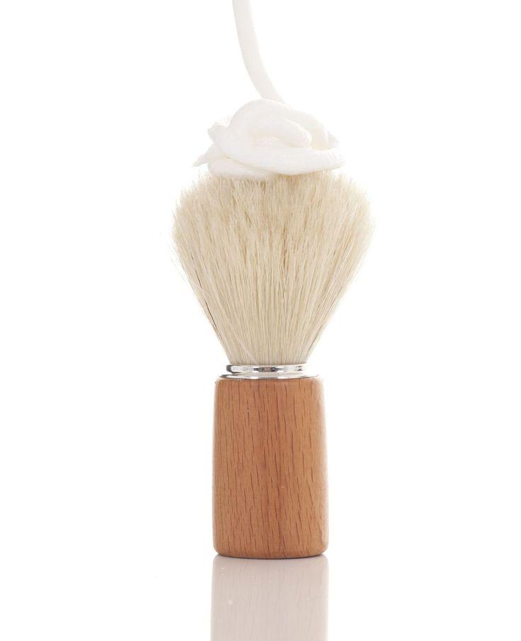 Uit de badkamer en in het gootsteenkastje: scheerschuim. Een handig hulpje in het huishouden! Het beauty product helpt je vlekken te verwijderen in kleding en het tapijt, maakt je oven schoon in een handomdraai en zorgt ervoor dat spiegels niet…