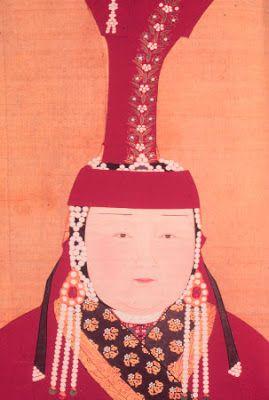 El código de indumentaria era muy importante en la antigua cultura mongola. Las mujeres casadas y de linaje llevaban en el S. XIII un tocado redondo que terminaba en forma cónica denominado boghta. Estaba hecho de corteza de abedul cubierta de lana negra y adornado con seda roja, bordados de oro y perlas.