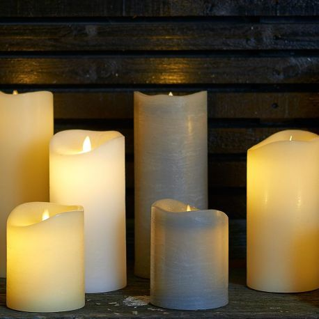 Bougie Led flamme oscillante - Réchauffez votre décoration intérieure d'une lumière douce et tamisée avec la bougie à pile Sara à la flamme oscillante ! Idéale pour illuminer une table de fête, pour une décoration de mariage, ou tout simplement pour éclairer vos soirées au quotidien, cette bougie à pile permet de multiples usages.