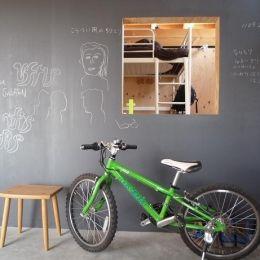 群馬県太田市・芝屋根住宅-1|mat houseの部屋 リビングにある黒板の壁