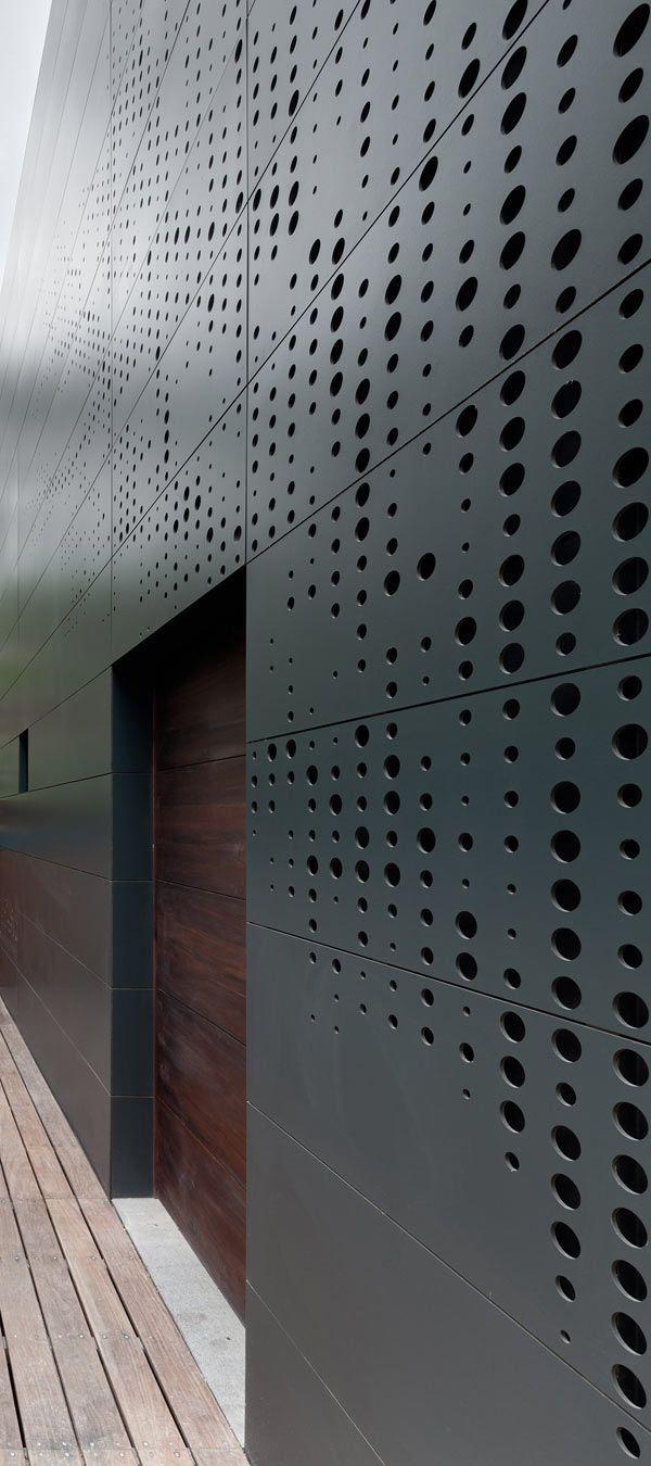 Casa Alta,Huixquilucan (Mexico) 2010 AS / D Asociación de Diseño. La fachada se inspiró en el puntillismo digital, representa una imagen digitalizada de un árbol que se puede ver desde la distancia.: