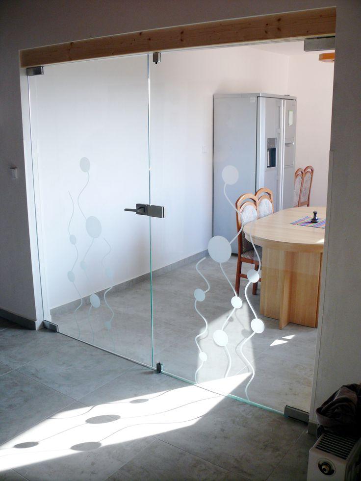 2-kř otočné dveře s západkami, fixní otočné křídlo na západky, které je možné kdykoliv otevřít.