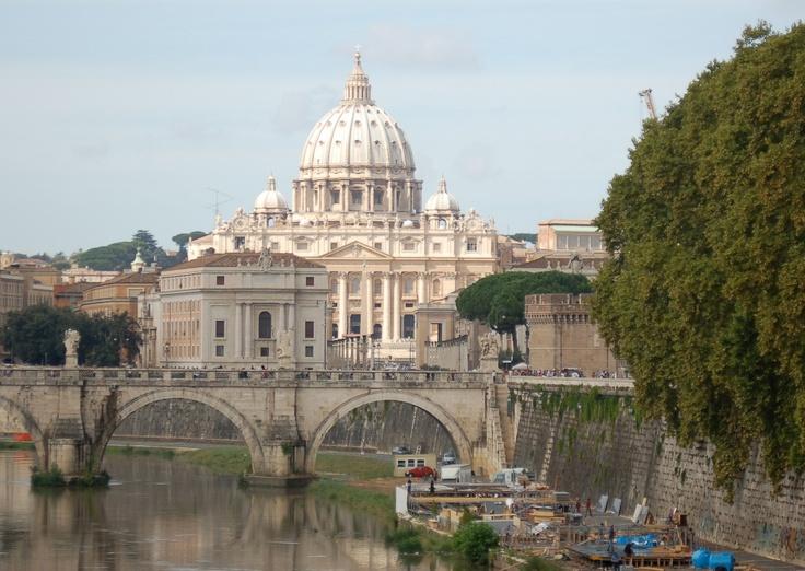 De Sint Pieter in Vaticaanstad in Rome. Met op de voorgrond de rivier Tiber. (1986)