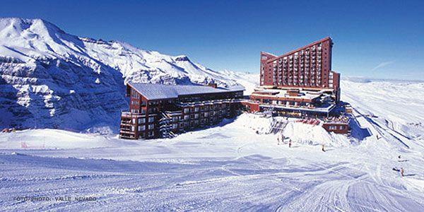 Valle Nevado. Muy cerca de la ciudad de Santiago se descubre el centro invernal más grande del hemisferio Sur y probablemente el más moderno de Chile.