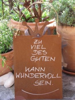 """Edelrost Spruchschild mit Krone """"Zu viel des Guten...""""  Wunderschönes Edelrost Schild mit Krone als Dekoration für Haus und Garten.  Auch als Geschenk für gute Freunde und Bekannte eine tolle Idee.  Das Schild ist zum Hängen und wird inkl. Bast- oder Metallband geliefert.  Das Edelrost Schild ist mit folgendem Spruch versehen:  """"Zu des Guten kann wundervoll sein""""  Maße:      Höhe: 33 cm     Breite: 25 cm  Deutsche Qualitätsarbeit, hergestellt in Handarbeit  Preis 19,- €"""