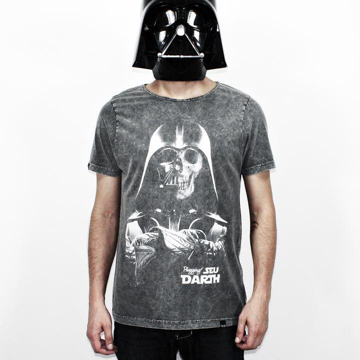"""Camiseta Plugging Death Vader, 100% Algodão, malha estonada fio 30 penteado, na cor pretacom tecnologia anti-pilling eestampa silk toque zero. Primeira peça da coleção <a href=""""https://www.facebook.com/SeuDarth/?fref=ts"""" target=""""_blank"""">Seu Darth</a>. O design da estampa é inspiradano personagem mais marcante de Star Wars, Darth Vader."""