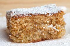 Mis Lutier: Tarta de almendra 250 grs. de almendras 250 grs. de azúcar 5 huevos La ralladura de la piel de ½ limón ½ cucharilla de canela Azúcar glas para decorar Mantequilla y harina para preparar el molde