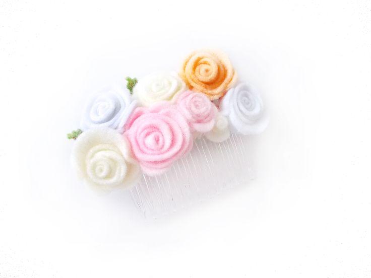 Peineta. Hecha a mano en fieltro. Llámanos o escríbenos por Whatsapp al 3105802725 #blum #tocado #fieltro #boda #rosas