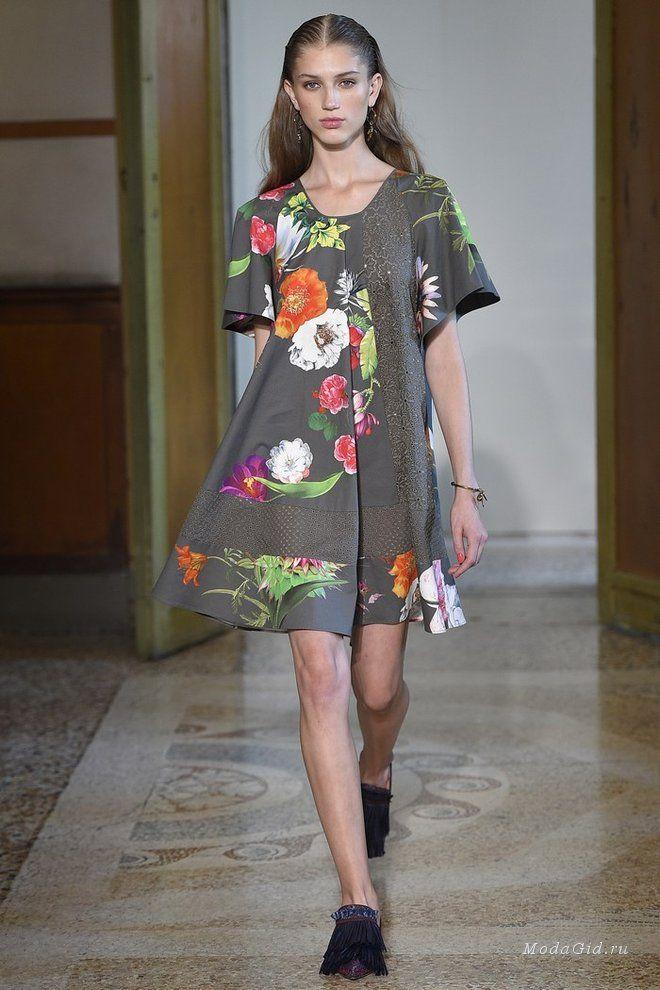 Дизайнер Анна Молинари говорит, создает одежду для всех случаев в жизни женщины, не ограничиваясь лишь платьями для красной ковровой дорожки. В ее новой коллекции на неделе моды в Милане были представлены простые летние аутфиты, романтичные платья и красивые вечерне образы.