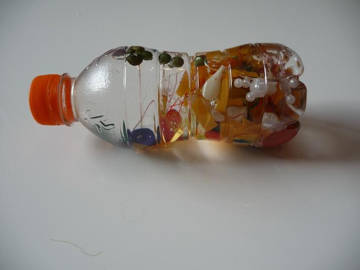 zelf babyspeegoed gemaakt van kostenloos materiaal.  Je neemt een leeg, stevig plastic flesje, verschillende kleuren en formaat knopen, stukjes gekleurd garen, schelpjes, pareltjes en nog meer gekleurde spulletjes die verschillend van gewicht zijn. Doe ze in de fles, dan gedestilleerd water erbij. De dop van de fles met secondelijm inssmeren en goed dichtdraaien en spelen maar. Je kindje zal verwonderd zijn door wat hij allemaal ziet bewegen in de fles.