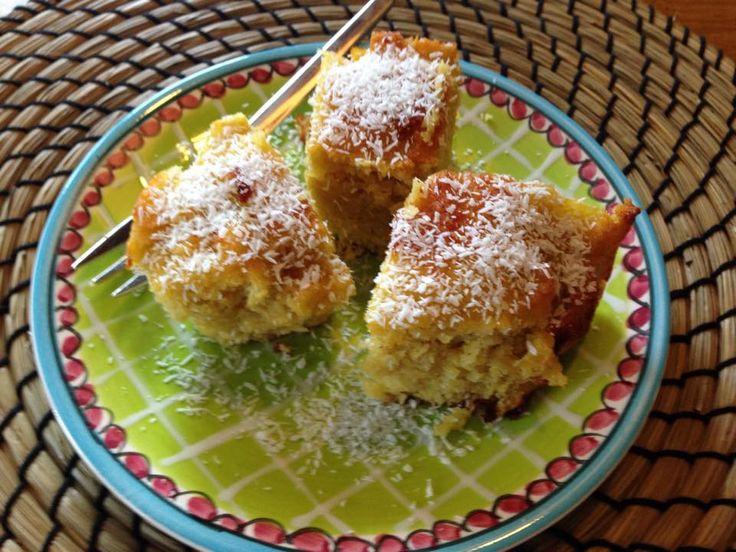 Nodig: - 3 eieren - 175 gr amandelmeel - 74 gr kokosmeel - twee eetlepel kokosvet - honing 1,5 eetlepel - 1 appel, geraspt - 1/2 theelepel natrium bicarbonaat - snufje zout Verwarm de oven voor op 180 graden. Roer eieren samen met gesmolten vet en de honing goed los. Voeg amandelmeel en kokos erbij samen met het zout en de bicarbonaat en roer tot slot de appel erdoor. Bak in ongeveer 25 minuten in een kleine bakvorm die je van tevoren bekleed hebt met bakpapier.