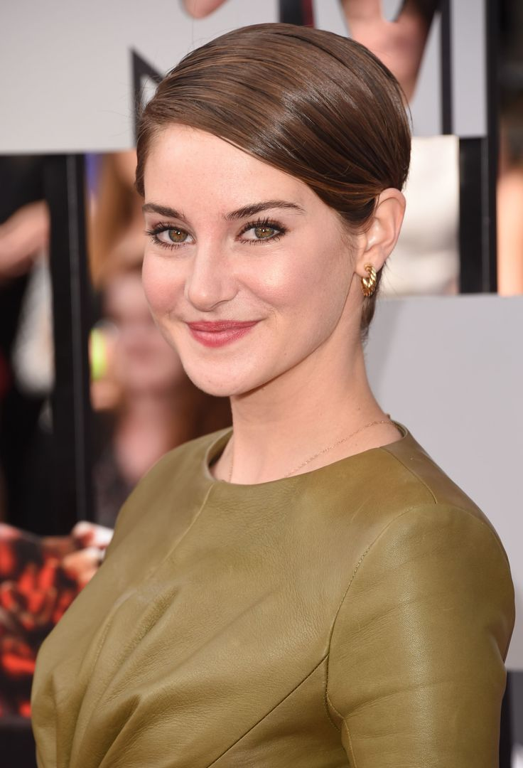 Shailene woodley side parted straight cut shailene woodley wore her short hair sleek with a side part during the mtv movie awards