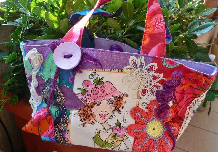 """borsa della serie """"incredibilidonne"""" questa è la parte davanti con pizzi, fiori all'uncinetto, bottone e un piccolo berlingot"""