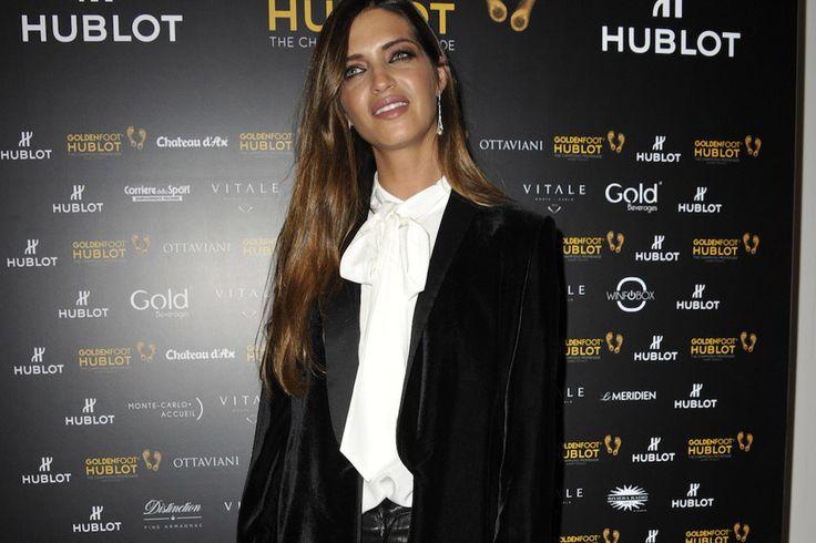 Sara Carbonero se pone los famosos Manolo Blahnik de Sexo en Nueva York para levantar un look bastante sencillo blanco y negro