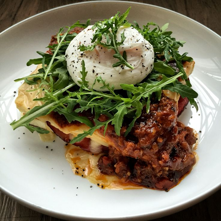 White bread toast, smokef beef, bacon, caramelized onions, bechamel sauce, beef gravy, arugula & poached egg.