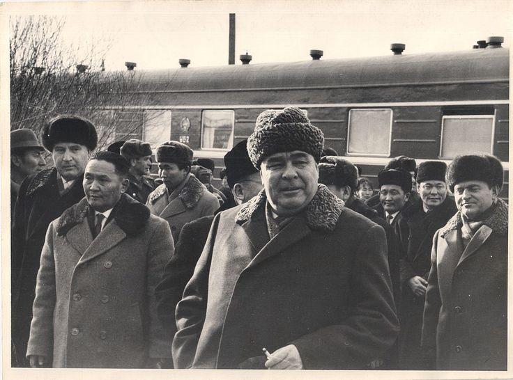 Tsedenbal  e  L.I Brezhnev recebidos na estação   por M.Luvsanchoimbol , chefe do partido na cidade , 1966.