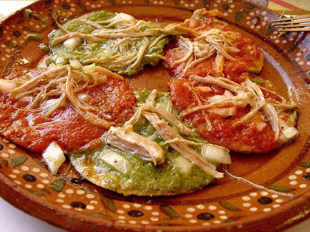 Las chalupas son tortillas fritas cubiertas de salsa, cebolla y carne de res/puerco/pollo deshebrada con salsa roja o verde, una verdadera delicia.