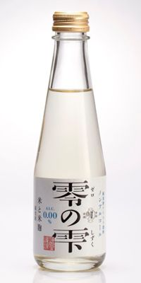 ノンアルコールビール市場に日本酒も参戦なのか??さすが福光屋さんという感じの綺麗なボトルと王冠。シルバーラメのようなキラリとしたラベル。 香りはウチの甘酒のようなほわりと甘い麹の香。口当たりはビタミンウォーターのような感じ。原材料に米と米麹だけで添加物は不使用とあるが、不思議な酸味が後からくる。 ノンアルコール純米酒 【福光屋 零の雫】