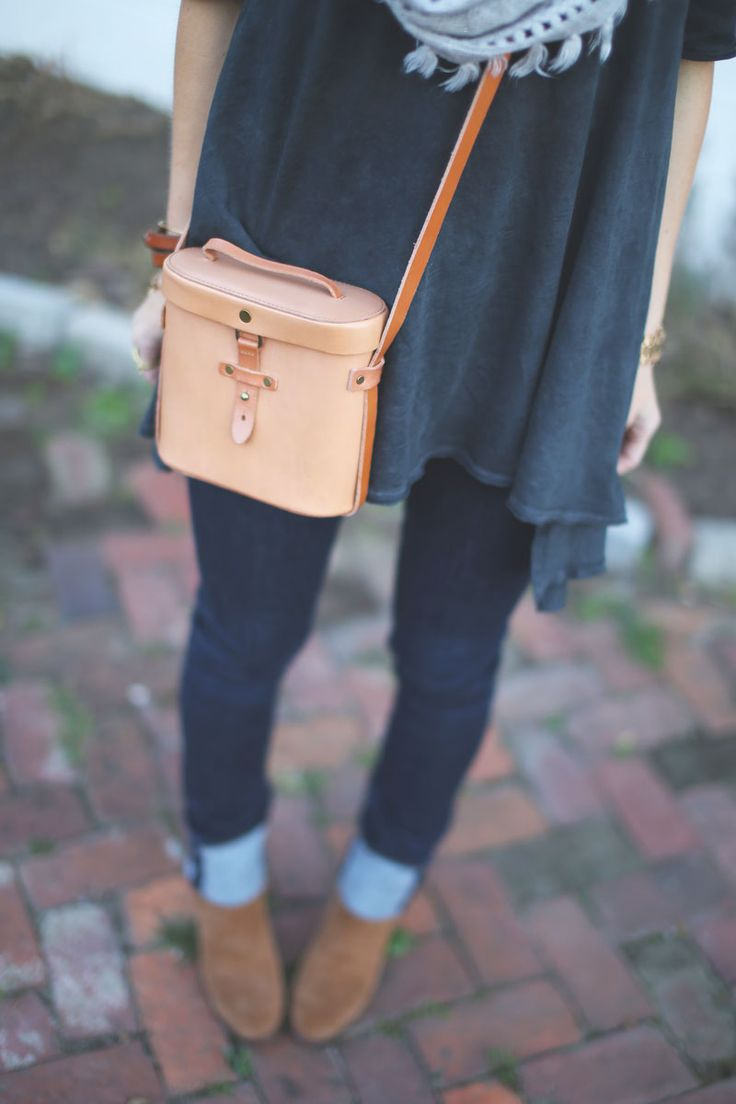 cute and comfy outfit inspiration with a great leather handbag