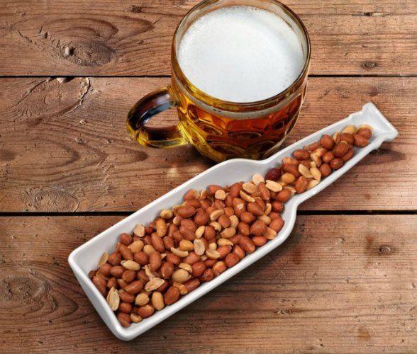 Øl og snacks er som salt og pepper. Man trenger begge deler! Kul snack-skål formet som en ølflaske.