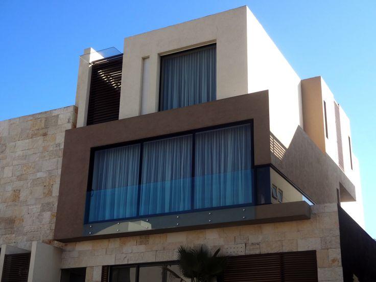 Casa ss fachada muros de piedra celosia de madera ventanas