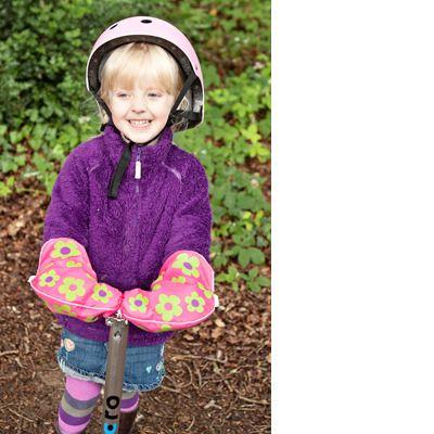 Ocieplacze Scooterearz montowane na uchwyt kierownicy to idealne rozwiązanie dla AktywnegoSmyka nie gustującego w rękawiczkach tudzież dla rodzica, który nie ma cierpliwości aby upakować wiercące się małe paluszki w odpowiednich rękawiczkowych mieszkankach ;-)  http://www.aktywnysmyk.pl/187-ocieplacze-scooterearz