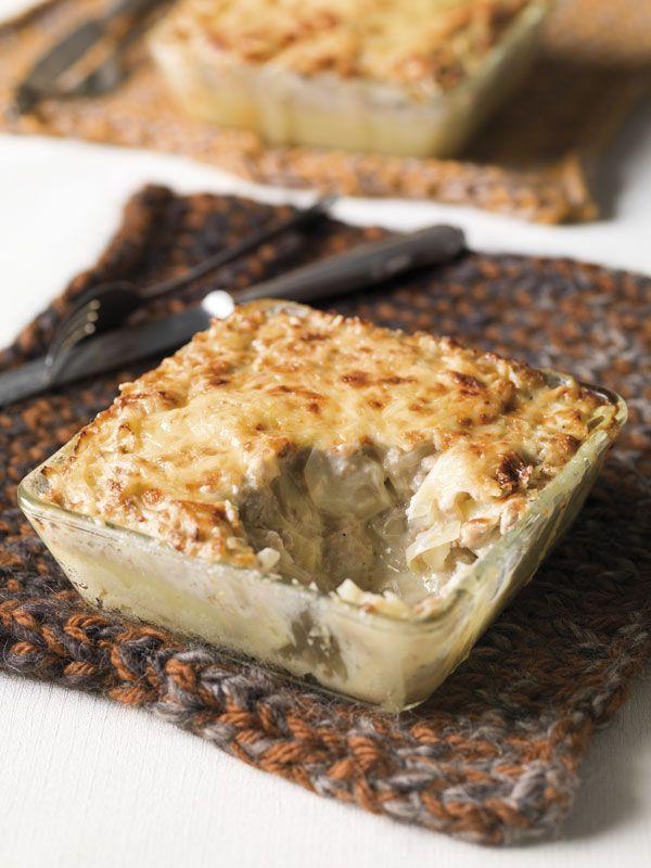 1. Schil de aardappelen en snij ze in gelijke stukken. Kook ze gaar in gezouten water. Giet ze af en laat drogen op het vuur. Pureer de gekookte aardappelen en voeg een scheutje melk, peper, zout en nootmuskaat toe. 2.