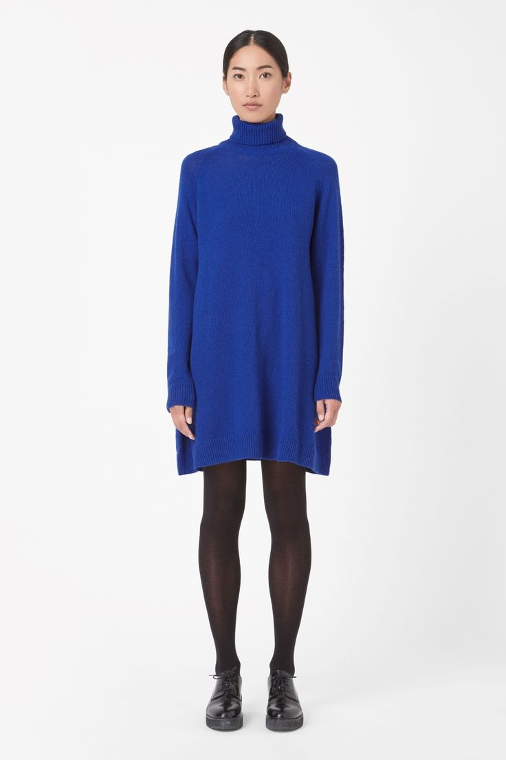 Made from an extra-soft blend of lambswool and cashmere, this knitted dress is an A-line shape with a chunky rolled neckline. A loose fit, it has long raglan sleeves and neat ribbed edges.