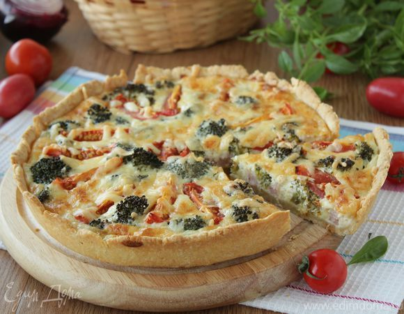 Киш с брокколи, ветчиной и помидорами. Ингредиенты: брокколи свежая, пшеничная мука, яйца куриные