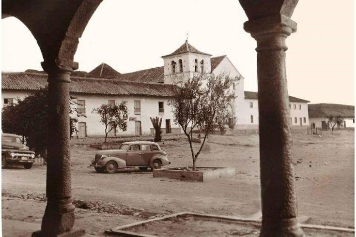 Foto antigua de la plaza principal de Villa de Leyva cuando aún no estaba empedrada.
