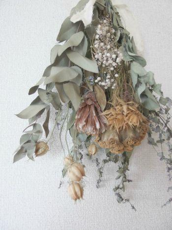 こちらは、ドライフラワーのスワッグ。ユーカリをベースに、スモークツリーやニゲラなどのさまざまな花材を使っています。淡い色彩が柔らかな空気感を出してくれますね。