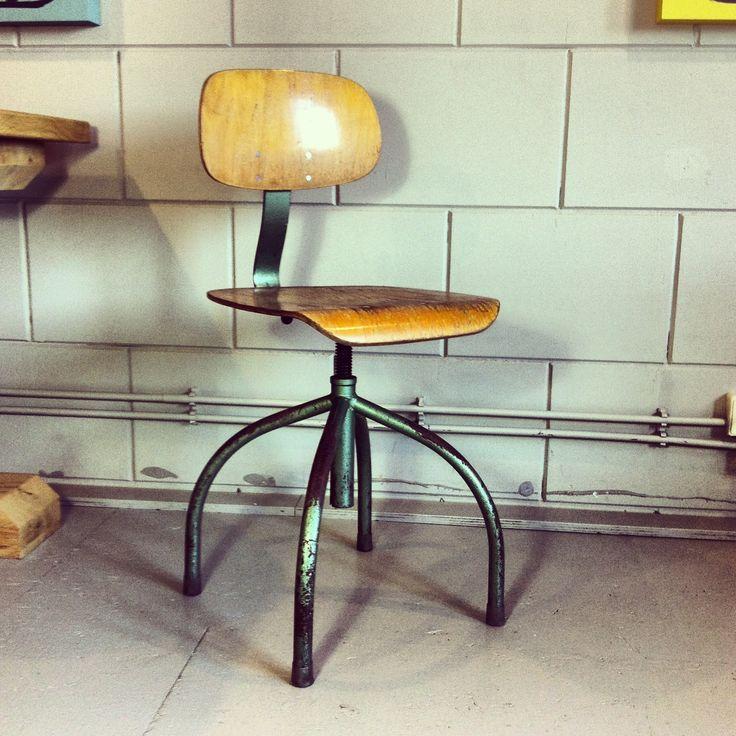 Oude industriële stoel, in hoogte verstelbaar. ruw-meubelen.nl