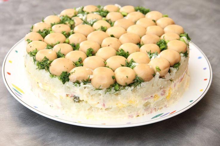 """Салат """"Грибная поляна"""" 🍄  Настоящий шедевр 💜  Ингредиенты:  Куриное филе — 200 г  Шампиньоны маринованные — 200 г  Сыр — 100 г  Картофель — 2–3 шт.  Морковь — 2 шт.  Огурцы маринованные — 2 шт.  Майонез — 5–6 ст. л.  Петрушка (зелень) — 1 пучок  Лук зеленый (перо) — 1 пучок  Соль — по вкусу   Приготовление:  1. Маринованные шампиньоны выложить шляпками вниз в подходящую миску, кастрюльку или форму. Выложить слой мелко нашинкованной зелени петрушки и зеленого лука. Добавить слой тертого…"""