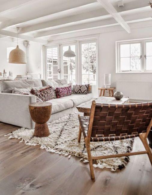 Un salón en color blanco donde los verdaderos protagonistas son los detalles en madera natural.