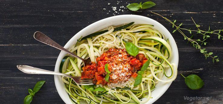 Her har du en pasta bolognese med squash i rollen som spagetti! Tomatsausen er med sopp, løk og gulrot. Hverdagsmiddag på en, to, tre! På grunn av at pasta er byttet ut med squash er ikke retten bare morsom, men også ganske så kalorifattig. Prøv denne smakfulle vegetarretten eller en av våre mange andre vegan- og vegetaroppskrifter.
