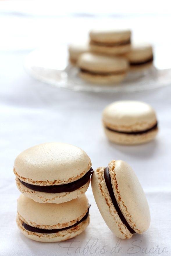 Macaron alla vaniglia e cioccolato fondente. Due piccoli ed eleganti gusci che racchiudono una golosa farcitura di cioccolato fondente,irresistibili e unici