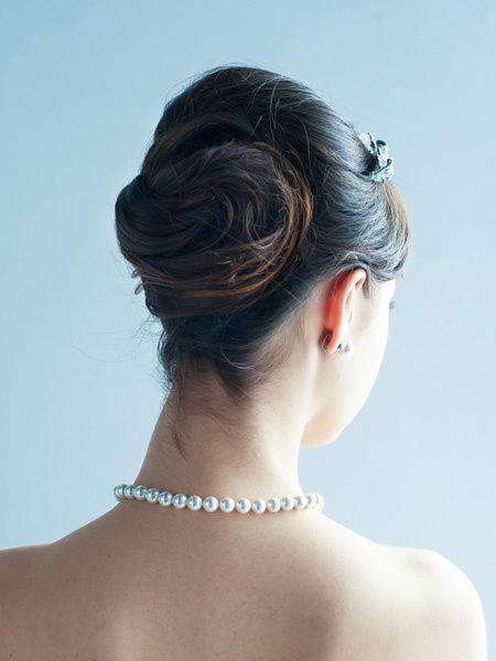 ベールが顔まわりを華やかに見せるトップ位置でのアレンジ/Back|ヘアメイクカタログ|ザ・ウエディング