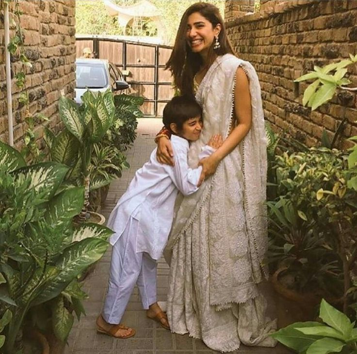 This picture of Mahira Khan with her son Azlan is too cute for words. #MotherSonLove #MahiraKhan #Azlaan #PakistaniActresses ✨