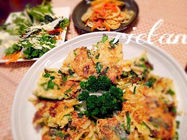 ひき肉も少なくて、うどんもあと1つない~なんて時、この『うどん餃子』をよく作ります。 関西だったかなぁ~?テレビでやっていて、思い出しながら作りました。それがなかなかいけてて~(^^)   食べてみて下さいね(^_-) - 170件のもぐもぐ - ☆豆腐バーグのうどん餃子 ☆大根と水菜のサラダ ☆蓮根のきんぴら by rietantan
