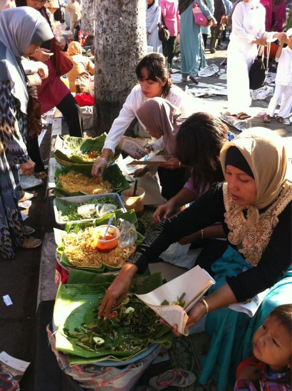 suasana alun2 utara selesai sholat eid. Byk makanan, spt pecel plus bihun (dari @Thomas Kusuma F)
