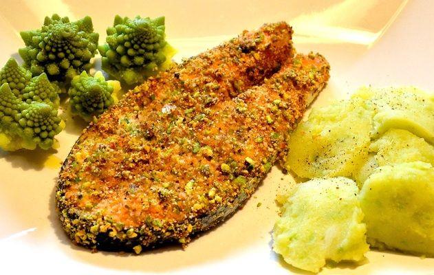 Trancio di salmone in crosta di pistacchi con purè di broccoli e patate