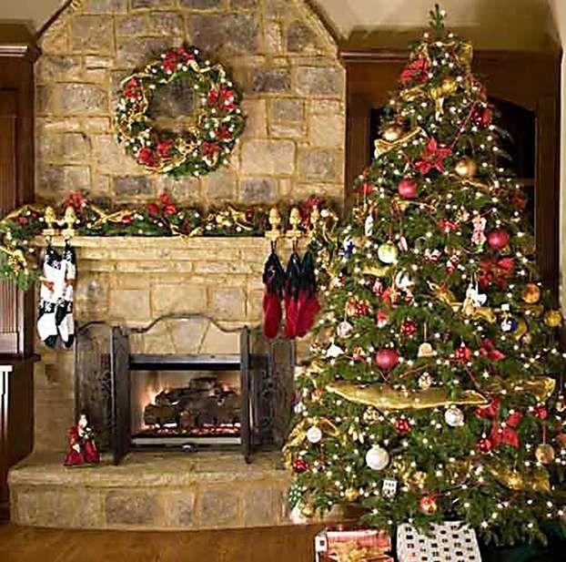 Imponente albero di Natale parigino, con mille decorazioni luccicanti e luci dai riflessi argento. Ecco una delle molte possibili versioni dell'albero di Natale, da quelli classici a quelli moderni, alcuni degli alberi di Natale più belli di sempre.