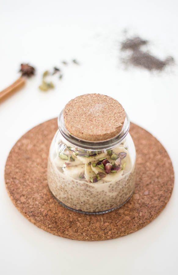 Pudding di semi di chia con latte di mandorla e spezie chai. Senza glutine. Vegan. Raw.