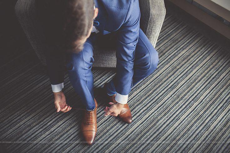 Préparation du marié, veston, jacket, suit, shoes, soulier, Mariage bleu à l'auberge des Gallant Photographe de mariage haut de gamme / Fine Art Wedding photographer à  Montréal et International - Bon...