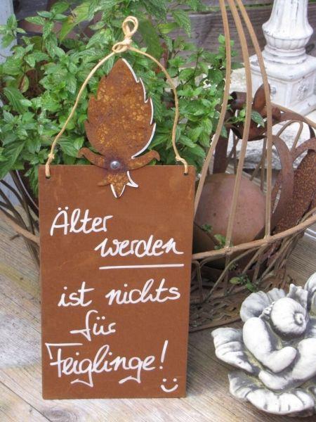 """Edelrost Schild mit Blatt """"Feigling""""  Wunderschönes Edelrost Schild mit einem Blatt als Dekoration für Haus und Garten, für alle die kein Problem mit dem älter werden haben.  Auch als Geschenk für gute Freunde und Bekannte eine tolle Idee.  Das Schild ist zum Hängen und wird inkl. Bastband geliefert.  Das Edelrost Schild ist mit folgendem Spruch versehen:  """"Älter werden ist nichts für Feilinge""""  Größe:      Höhe: 35 cm     Breite: 14 cm  Preis: 13,- €"""